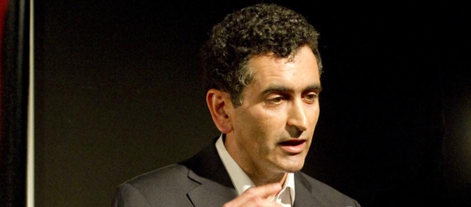 Juan Mayorga hace hablar al silencio en su ingreso en la RAE
