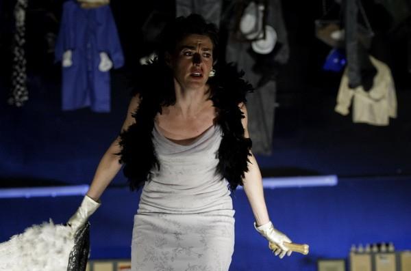 Rayuela estrena su versión teatral de 'Dogville', de Lars von Trier, en el teatro Romea de Barcelona